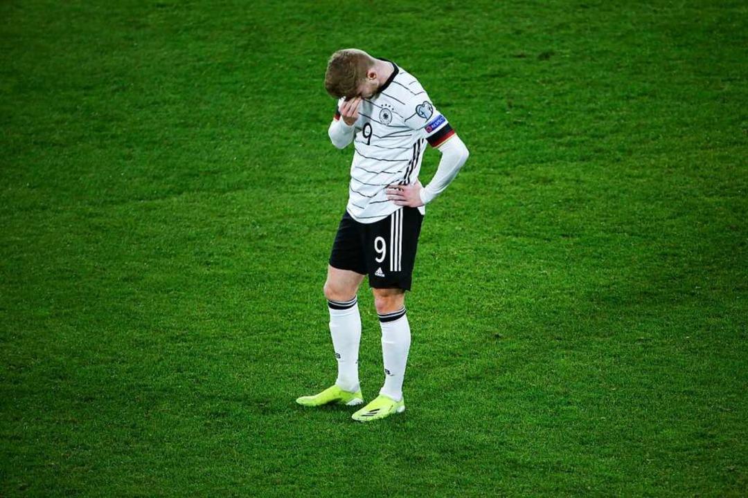 Timo Werner  steht nach dem Tor zum 1:2 enttäuscht auf dem Platz.  | Foto: Thilo Schmuelgen (dpa)