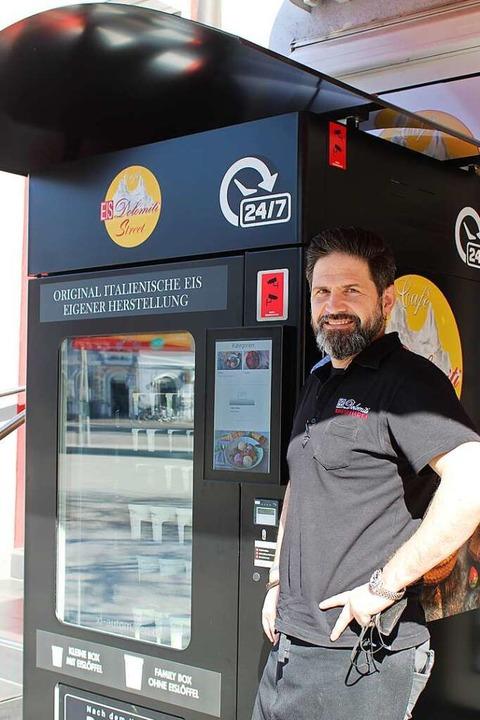 Livio Calchera vor dem Automaten  | Foto: Annika Sindlinger