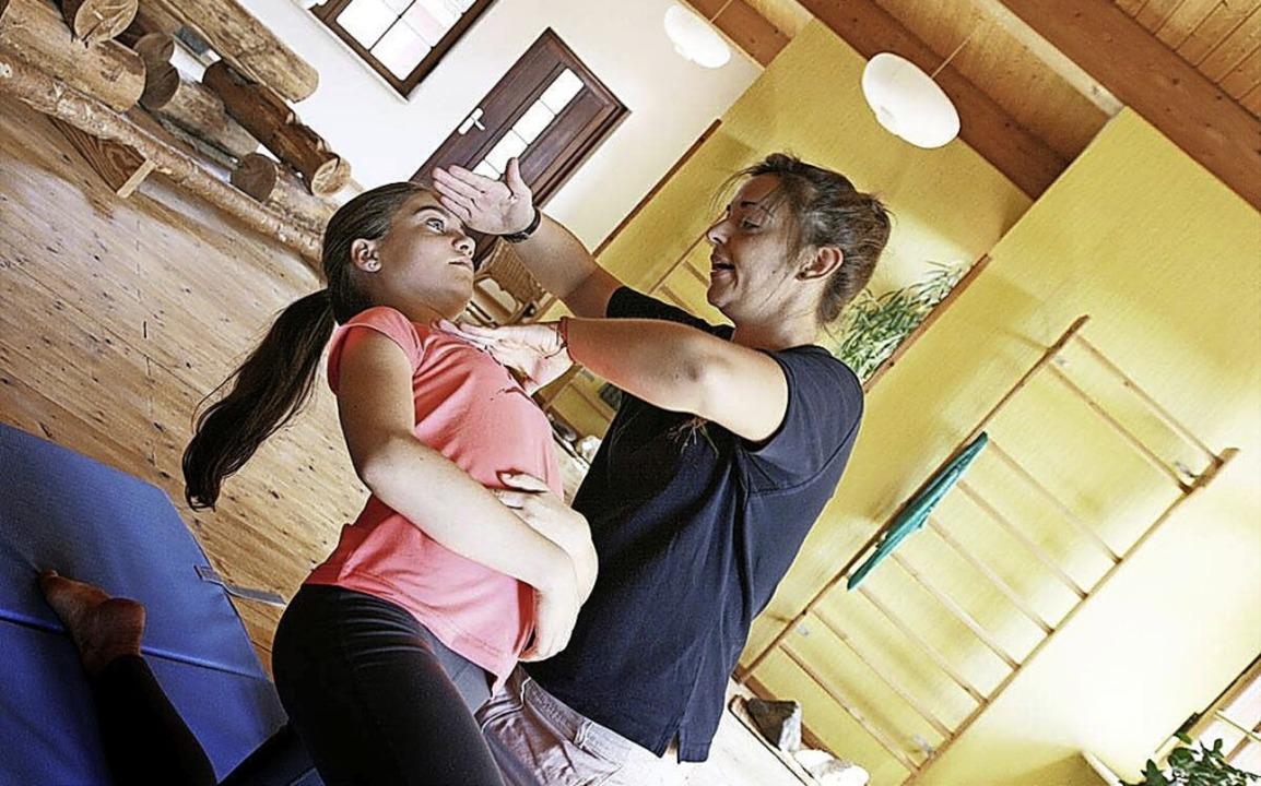 Durch spezielle Übungen helfen Wolfgan...d hilft so gegen chronische Schmerzen.    Foto: Klinik für Biokinematik
