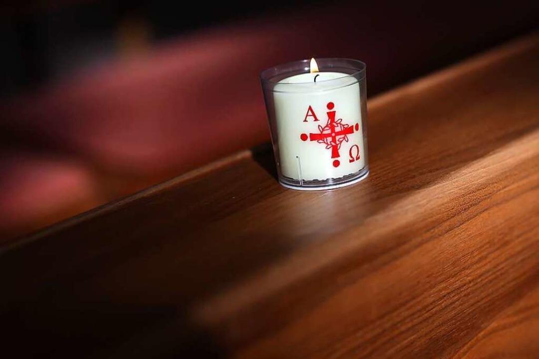 Eine brennende Kerze in einer Kirche w... Ostern leerer sein als normalerweise.  | Foto: Ronny Hartmann