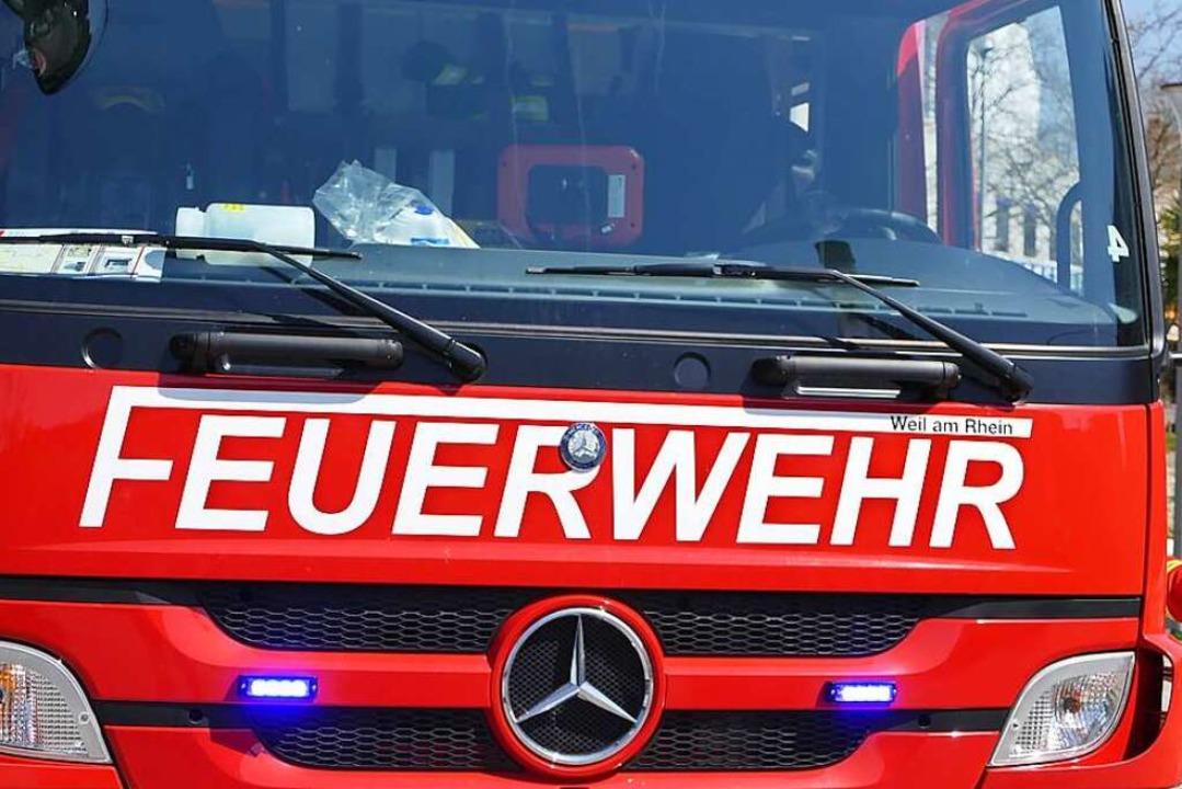 Zahlreiche Feuerwehrkräfte sind am Don...211; bei Kandern brennt ein Waldstück.  | Foto: Victoria Langelott