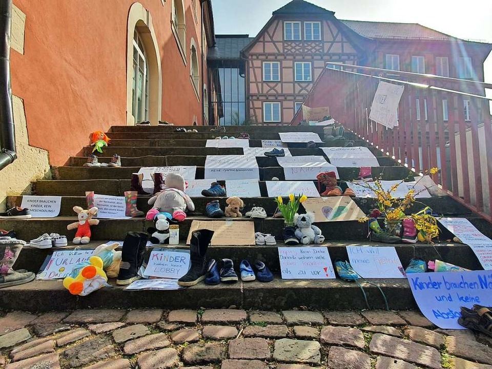 Schuhe und Plakate vor dem Ettenheimer Rathaus  | Foto: BZ