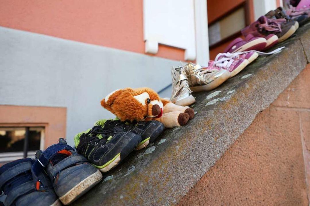 Schuhe am Rathaus in Dörlinbach  | Foto: Christoph Breithaupt