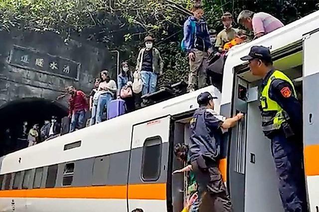 Dutzende Tote bei Zugunglück in Taiwan befürchtet