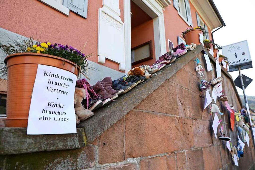 Schuhe wurden vor das Rathaus in Dörlinbach gestellt.  | Foto: Christoph Breithaupt