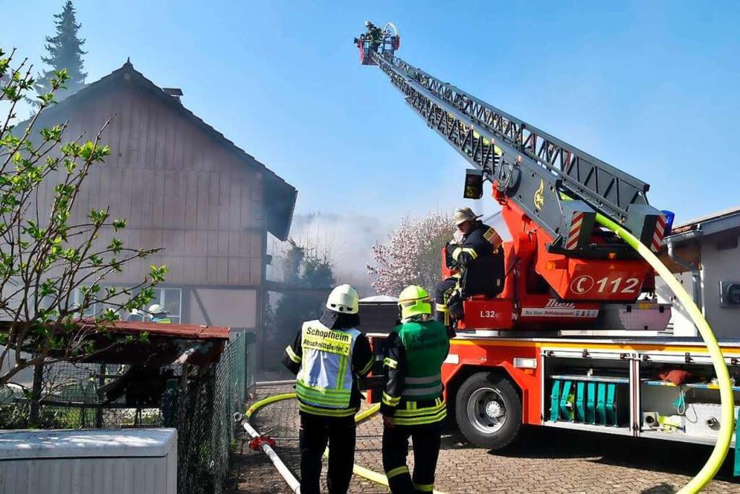 In Schopfheim läuft ein Großeinsatz der Feuerwehr.  | Foto: Nico Kaptz
