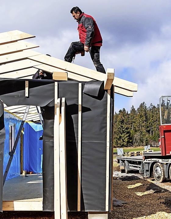 Mittels Tieflader und Kran richtete Or... den vier Tonnen schweren Rohbau  auf.    Foto: Wilfried Dieckmann