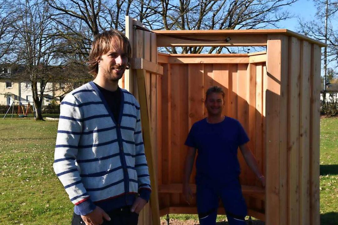 Remko Brouwer (links) und Mathias Wüst...ieren die neuen Außen-Umkleidekabinen.  | Foto: Nicolai Kapitz