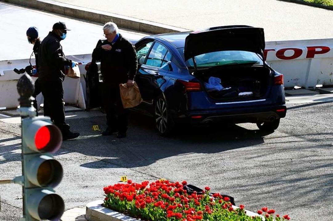 Beamte untersuchen den Tatort, nachdem... Auto in zwei Polizisten gefahren ist.  | Foto: Alex Brandon (dpa)