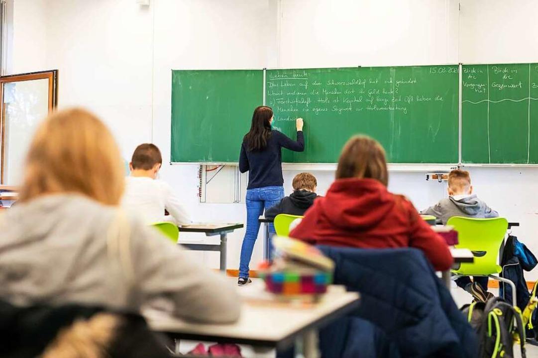 Präsenzunterricht – wie hier ver...st später als angenommen wieder geben.    Foto: Philipp von Ditfurth (dpa)