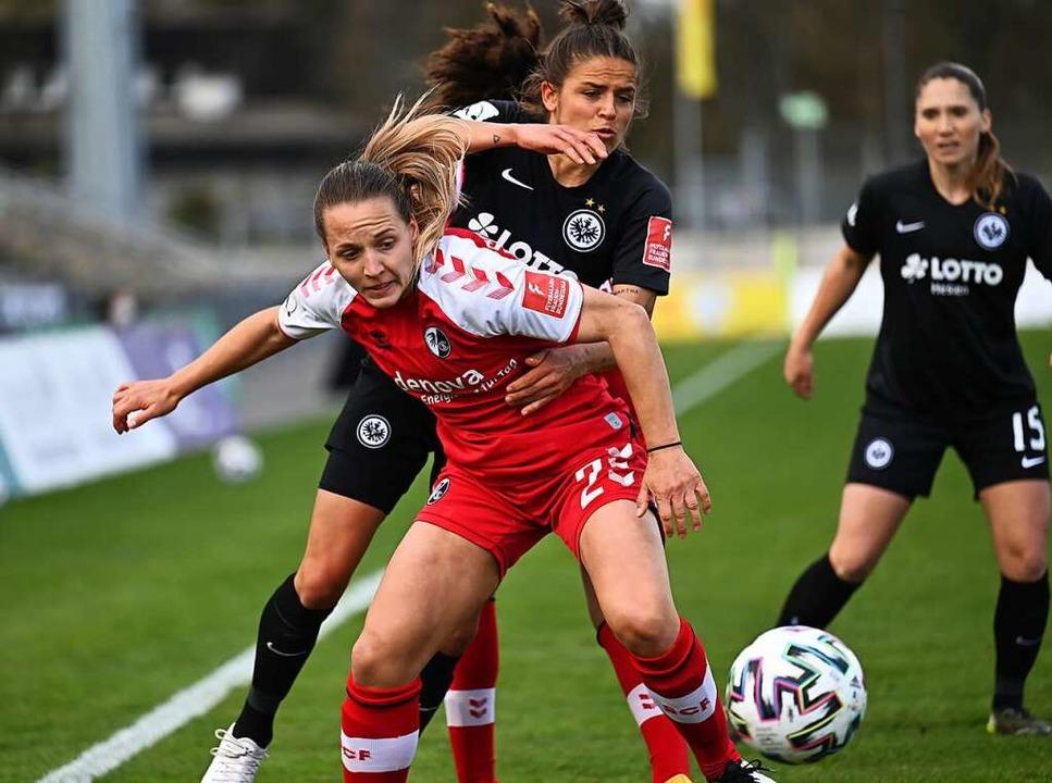 Lisa Karl vom SC Freiburg setzt sich durch.  | Foto: Achim Keller