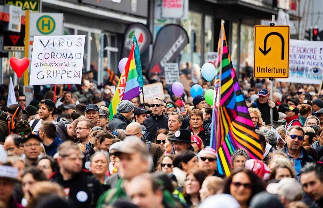 "Tausende ""Querdenker"" demonstrieren  in Stuttgart  | Foto: Christoph Schmidt (dpa)"