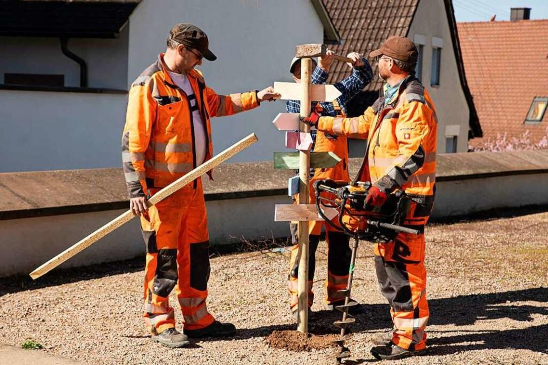 Die acht Stationen werden von Mitarbeitern des Bauhofs in Gottenheim aufgebaut.  | Foto: Hubert Gemmert