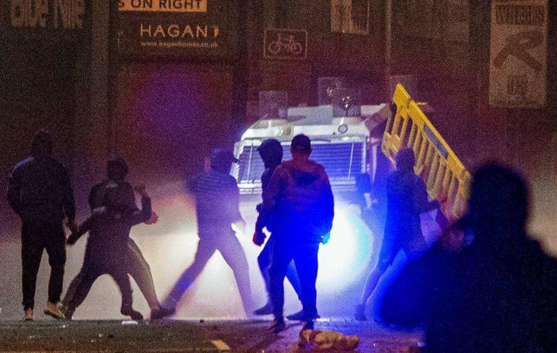 Belfast: Polizisten und Demonstranten stoßen im Gebiet Sandy Row zusammen.  | Foto: Donal Collins (dpa)
