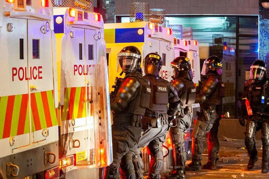 Belfast: Polizeibeamte sind während ei...ration im Einsatz im Gebiet Sandy Row.  | Foto: Donal Collins (dpa)
