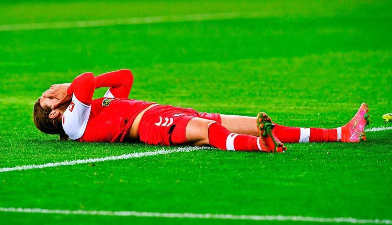 Lucas Höler liegt nach einer der verge...en und schlägt die Hände vors Gesicht.  | Foto: UWE KRAFT (AFP)