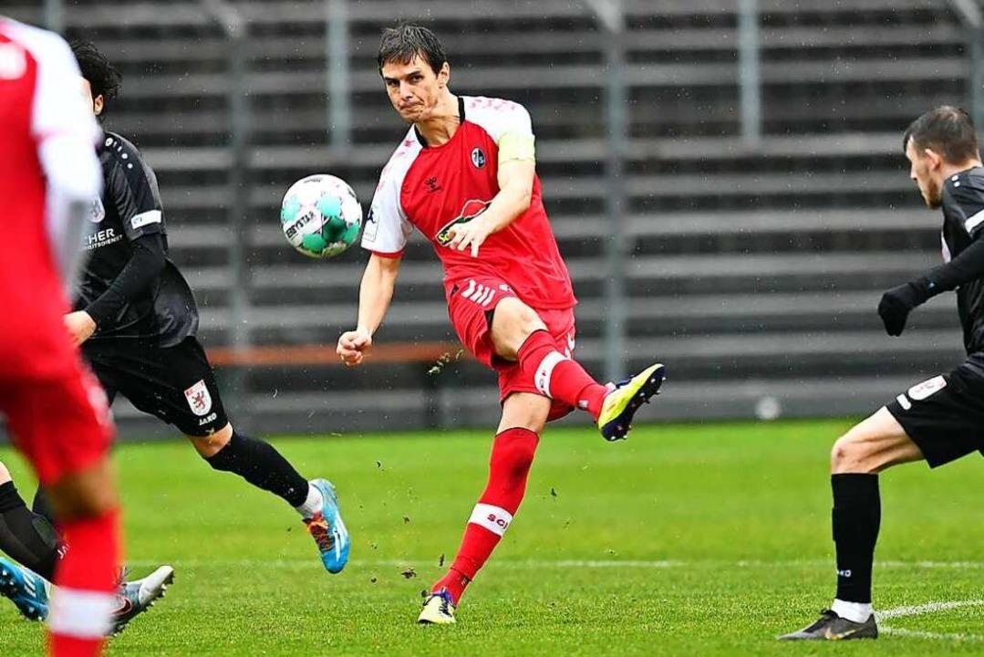Johannes Flum nimmt Maß aus 25 Metern ...n zum Auswärtssieg des SC Freiburg II.  | Foto: Achim Keller