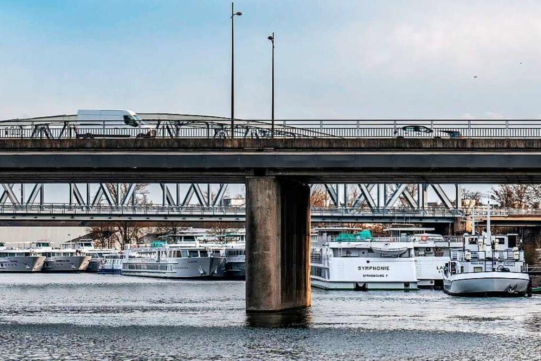 Warten auf Passagiere: Flusskreuzfahrtschiffe im Straßburger Hafen.    Foto: teli