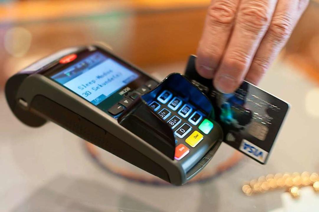 Bequem und aber in Deutschland nicht ü...l möglich: Das Bezahlen mit der Karte.  | Foto: Sebastian Gollnow