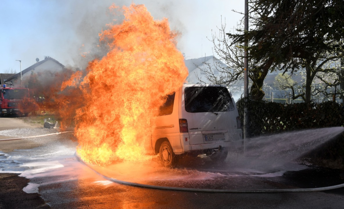 Der brennende Kleinbus.  | Foto: Wolfgang Künstle