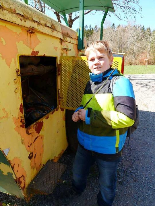 Fabio prüft   endlich wieder den Ölstand an der alten Straßenwalze.  | Foto: Heidrun Simoneit