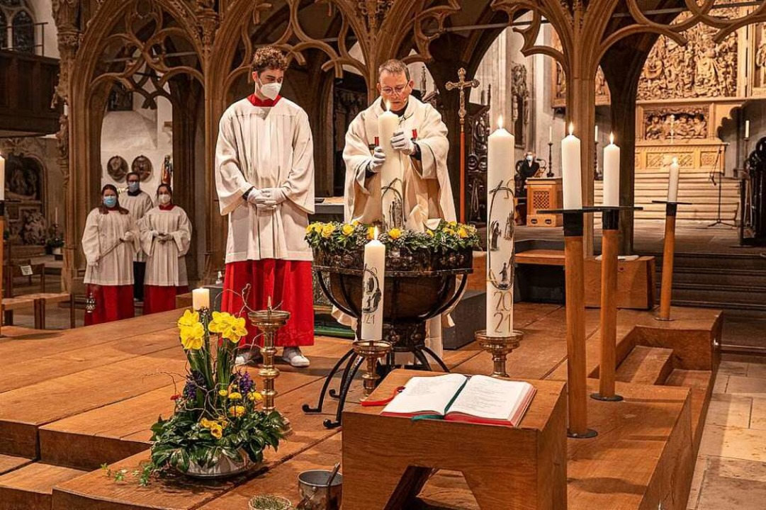 Pfarrer Werner Bauer weihte in der Ost...ter das Weihwasser mit der Osterkerze.    Foto: Martin Hau