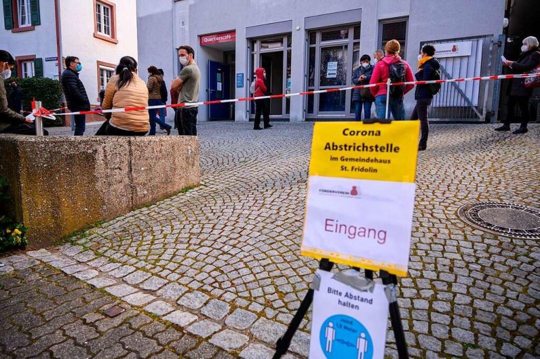 Beschilderungen helfen in Stetten, die Kontakte zu minimieren.  | Foto: Ansgar Taschinski