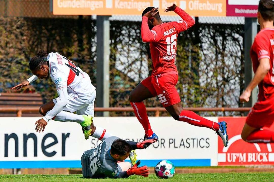 Torhüter Marvin Geng (am Boden) klärt ... Stuttgart II (links  Mohamed Sankoh).  | Foto: Claus G. Stoll