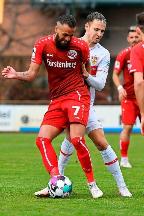 BSC-Mittelfeldspieler Yannick Häringer...vor dem Ex-Freiburger Falko Michel ab.  | Foto: Claus G. Stoll