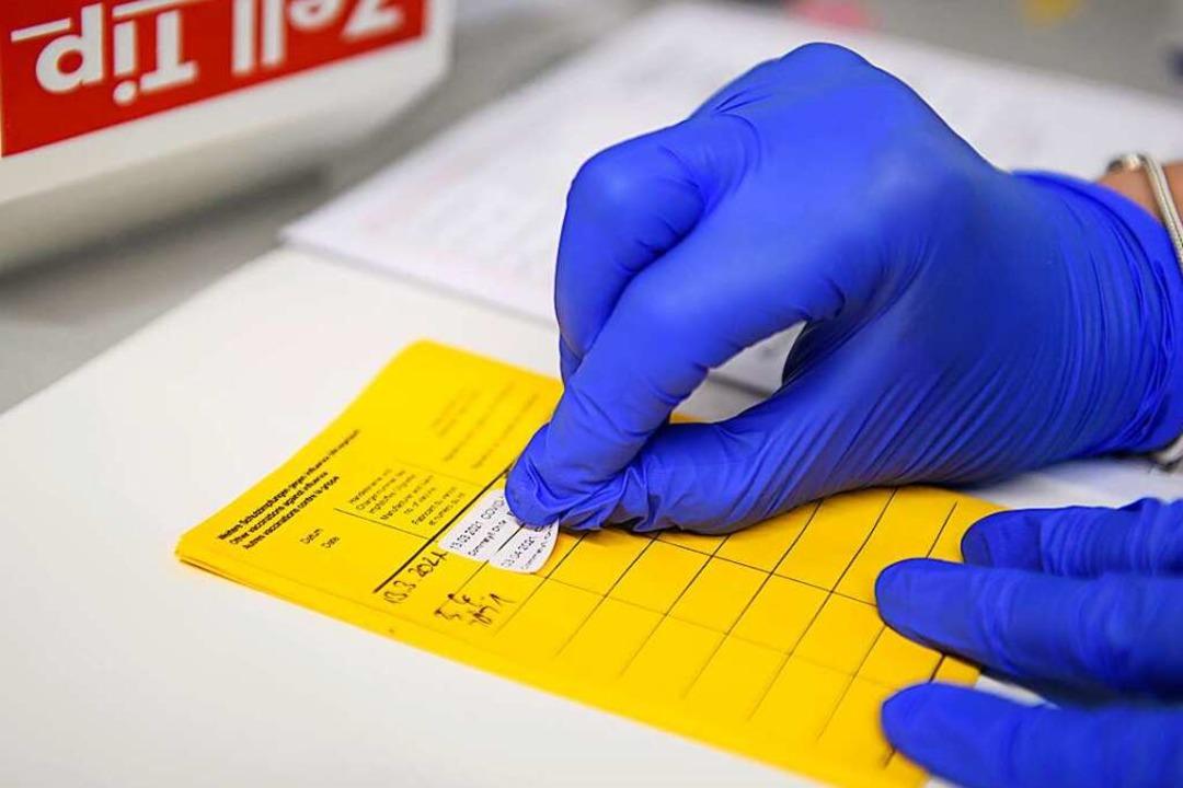 Wer vollständig geimpft ist, ist kaum ...das Robert-Koch-Institut festgestellt.  | Foto: Christopher Neundorf (dpa)