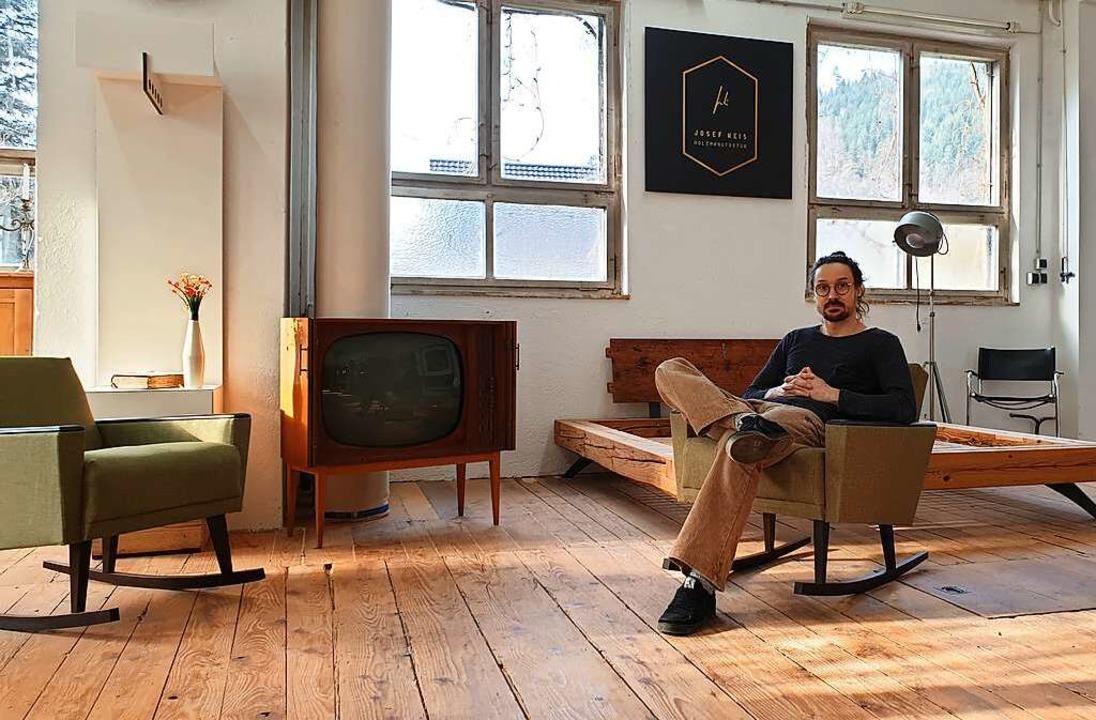 Josef Weis sitzt in seiner Werkstatt i...den Raum als Ganzes, wenn er arbeitet.  | Foto: Theresa Steudel