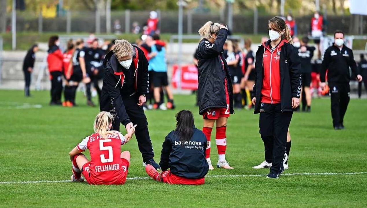 Während die  SC-Spielerinnen buchstäbl...ubeln die Frankfurterinnen in Schwarz.  | Foto: Achim Keller