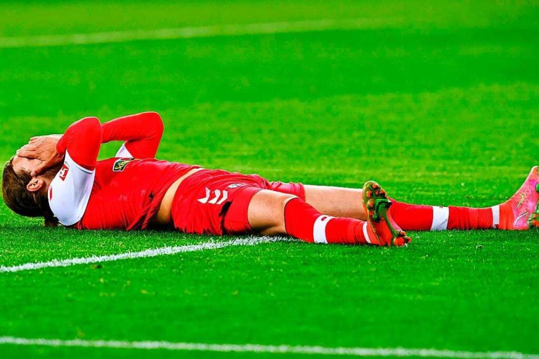 Enttäuschung pur: Sportclub-Spieler Lu...nicht vollständig hinter der Torlinie.  | Foto: UWE KRAFT (AFP)