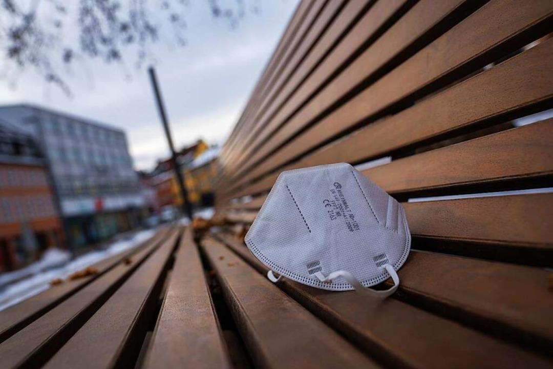 Auch im Freien müssen im Landkreis Lör...n medizinische Masken getragen werden.    Foto: Nicolas Armer (dpa)