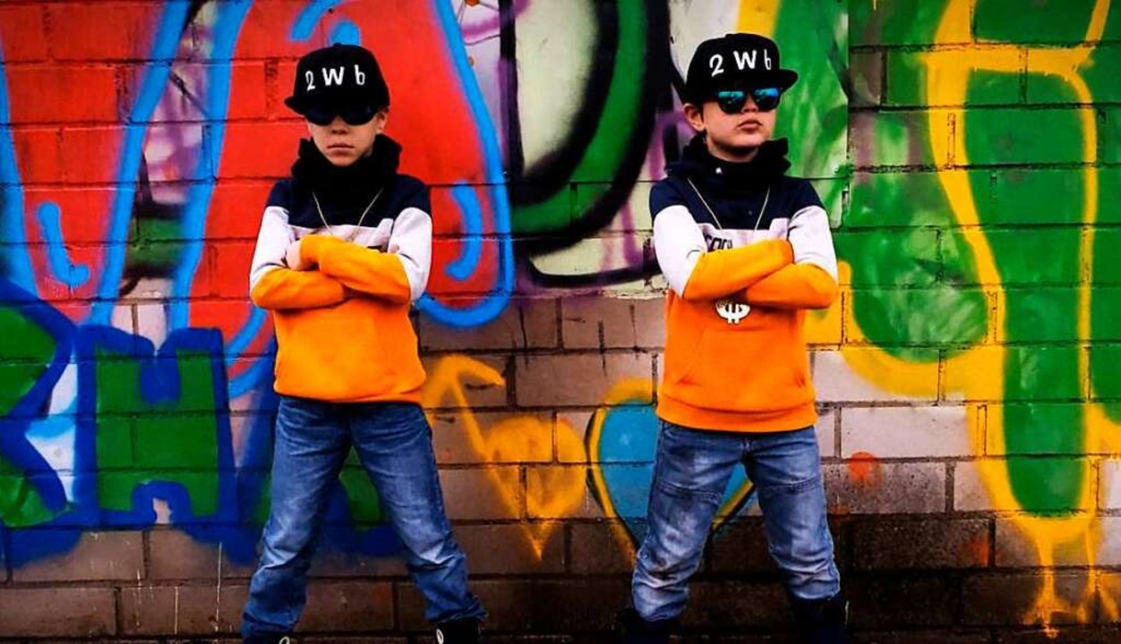 In echter Rapper-Pose: Die Haltinger Brüder Jamie und Luke Waßmer  | Foto: privat/Waßmer