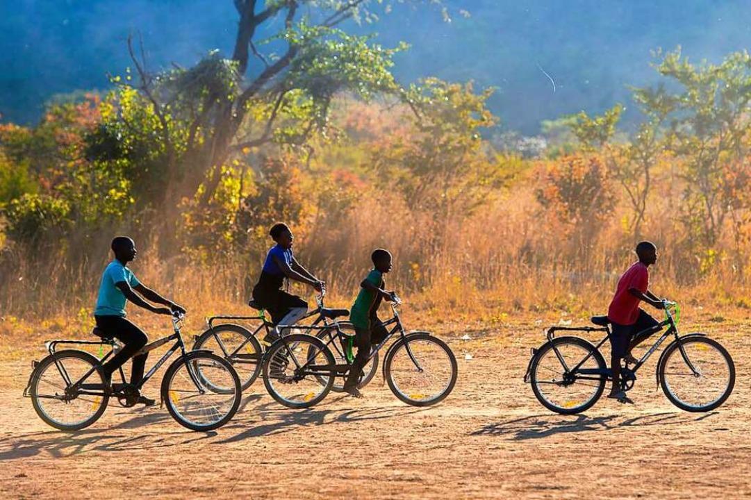 Auf dem Weg zur Schule im südlichen Sa...er viele  Kilometer zu Fuß zur Schule.  | Foto: Lena Kleine-Kalmer (WBR)