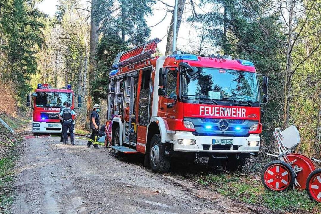 Einsatz im Kanderner Wald: Mit Tanklös...an den schwer zugänglichen Einsatzort.    Foto: feuerwehr