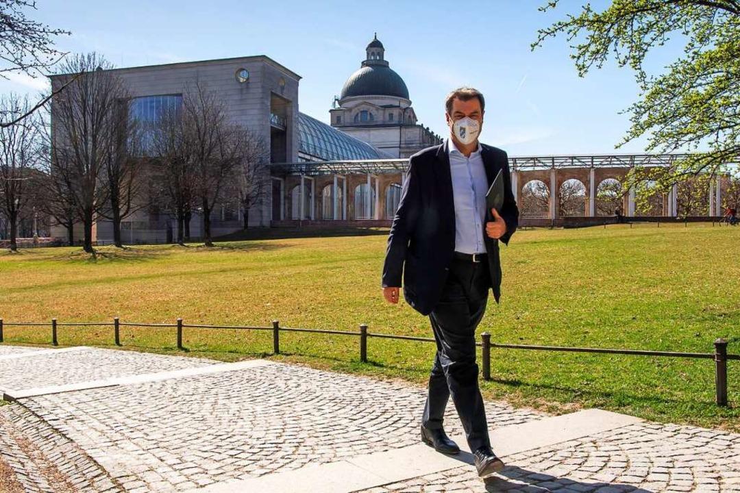 Markus Söder läuft durch den Hofgarten...nftig vermehrt in Berlin sehen wollen.    Foto: Peter Kneffel (dpa)