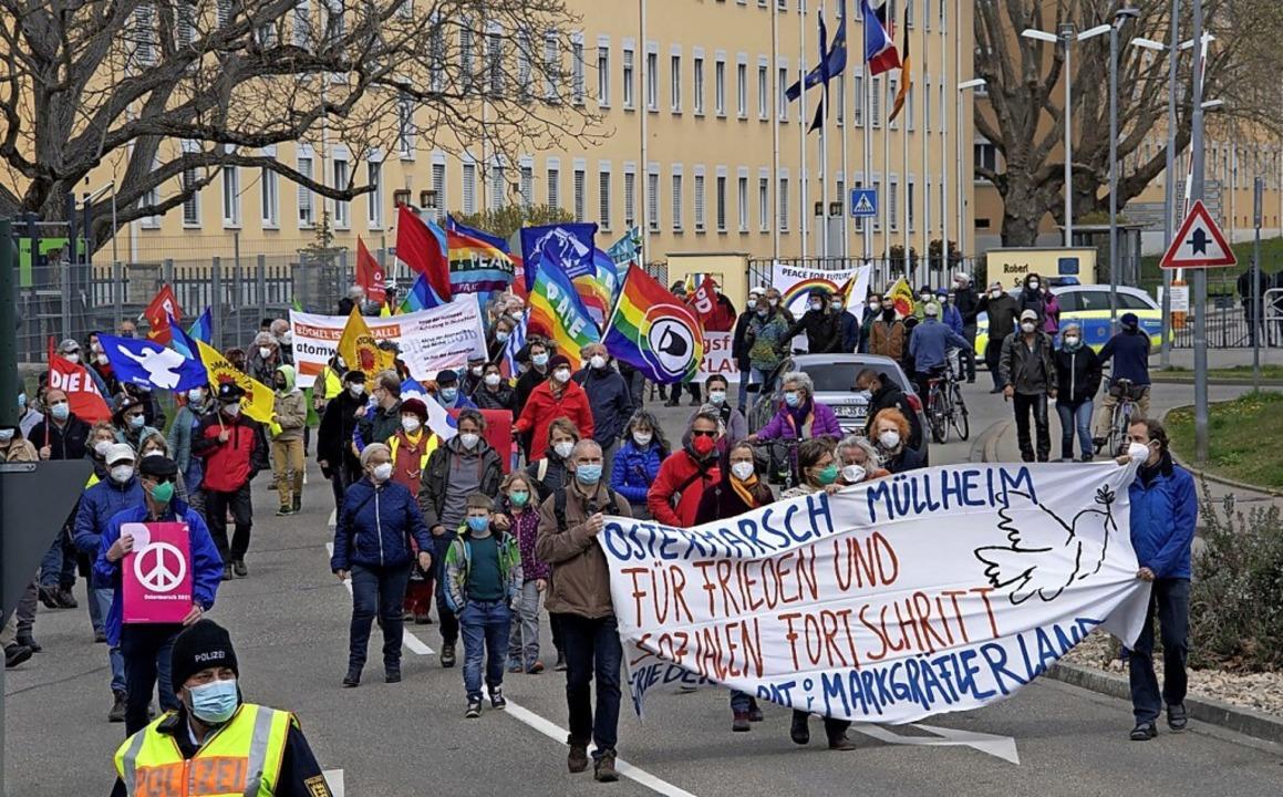 Der Demonstrationszug vor der Müllheimer Kaserne   | Foto: Volker Münch