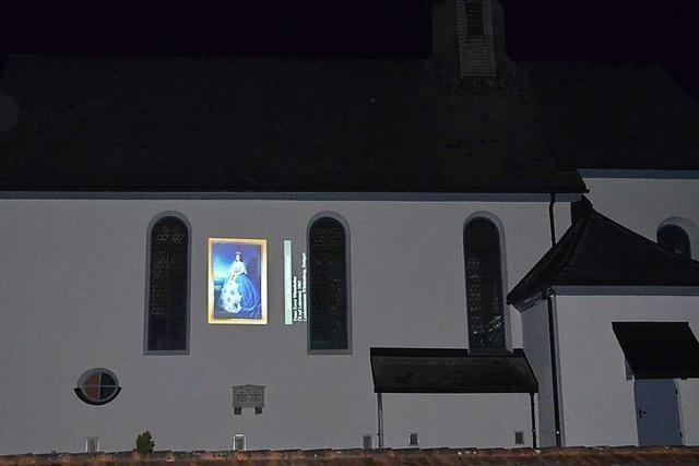 Andrang zur Kunst an der Kirche
