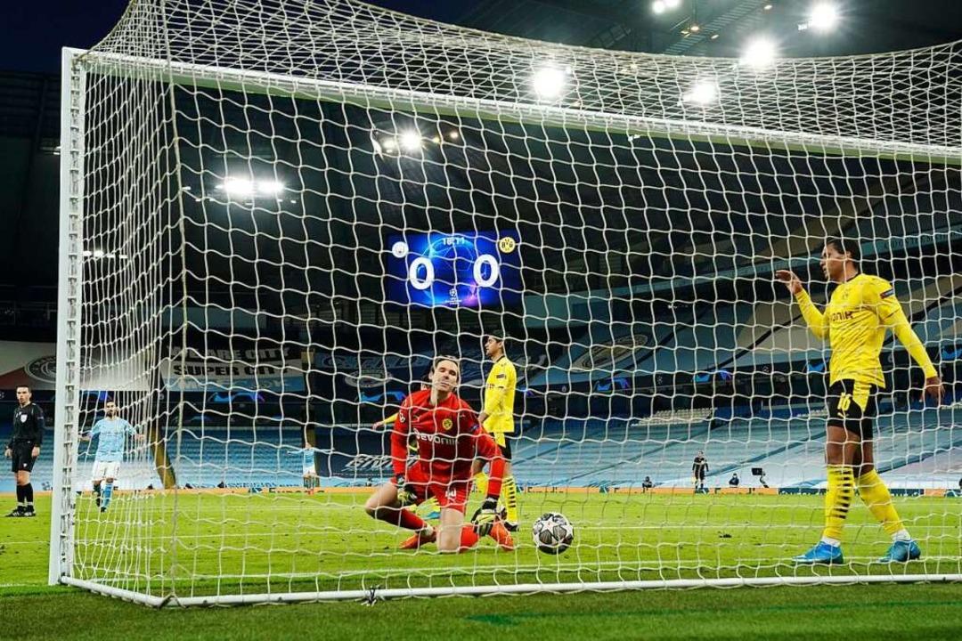 Torhüter Marwin Hitzvon Borussia Dortm... von Manchester City nicht verhindern.  | Foto: Dave Thompson (dpa)
