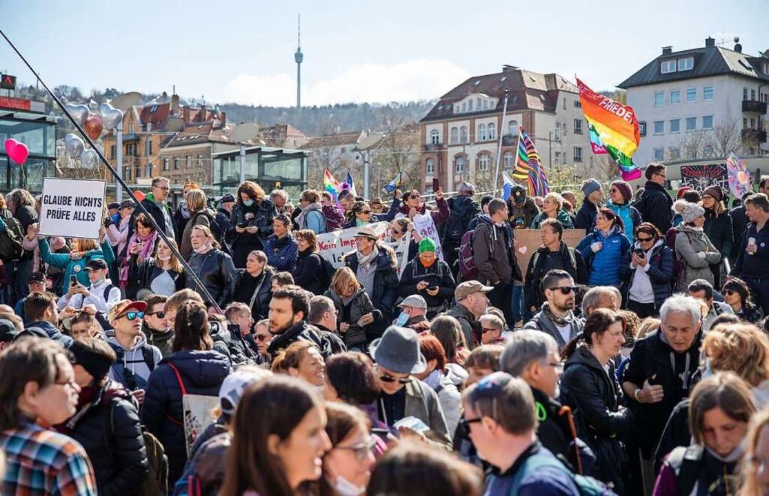 Am Samstag haben in Stuttgart Tausende...des- und Landesregierung demonstriert.  | Foto: Christoph Schmidt (dpa)