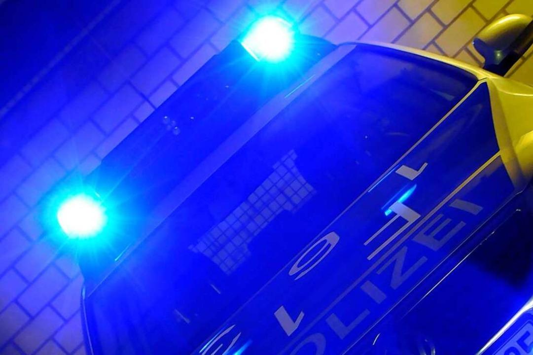 Die Polizei sucht einen Unbekannten, der einen 18-Jährigen beraubt haben soll.  | Foto: Ingo Schneider