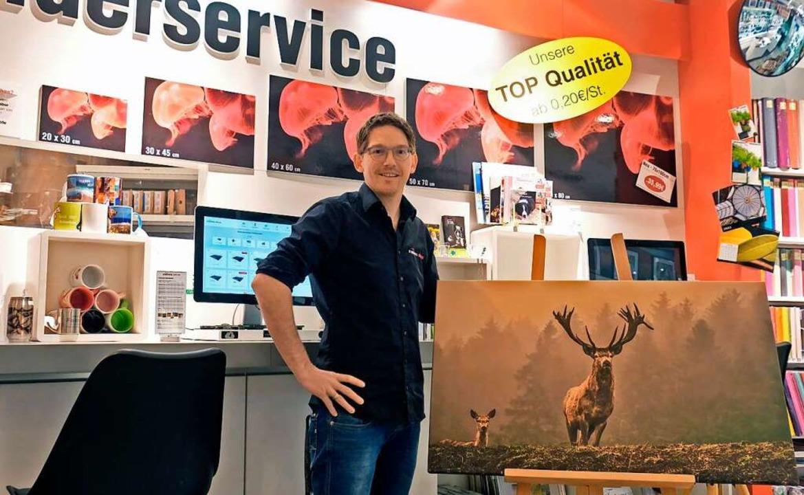 Florian Löffler mit dem Hirschfoto    Foto: Privat