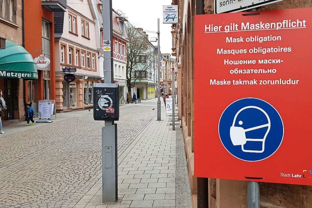 Schilder weisen auf die Maskenpflicht hin.  | Foto: Christian Kramberg