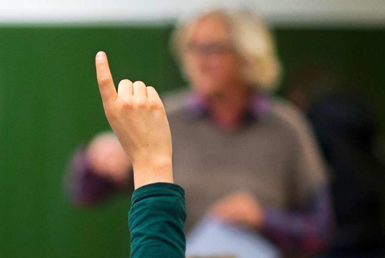 Ein Schüler meldet sich im Unterricht: Das war zuletzt selten der Fall.  | Foto: Julian Stratenschulte (dpa)