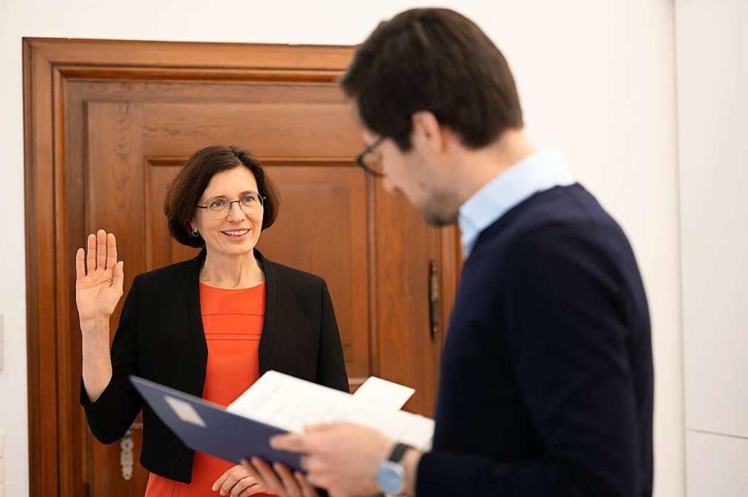 Christine Buchheits Tag beginnt mit ihrer Vereidigung durch OB Martin Horn.  | Foto: Patrick Seeger/Stadt Freiburg