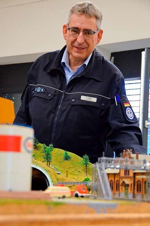 Andreas Fleig vom Technischen Hilfswerk betreut die Planspielplatte.    Foto: Felix Lieschke
