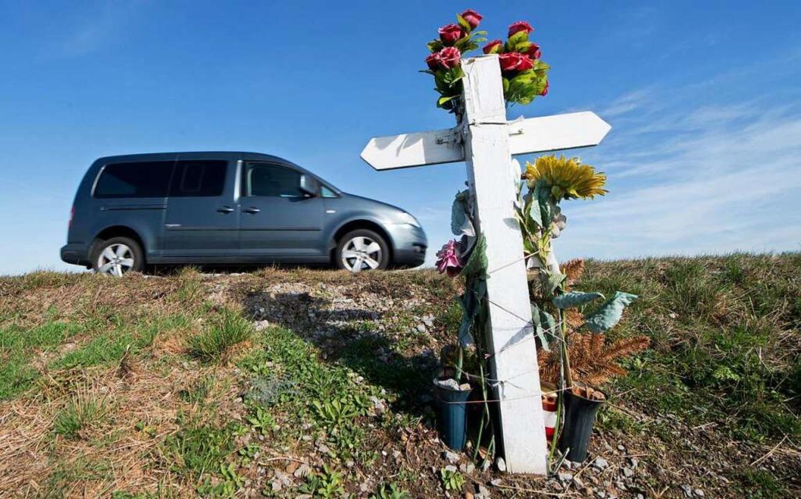 Gedenkkreuz an einen Unfalltoten    Foto: Julian Stratenschulte (dpa)
