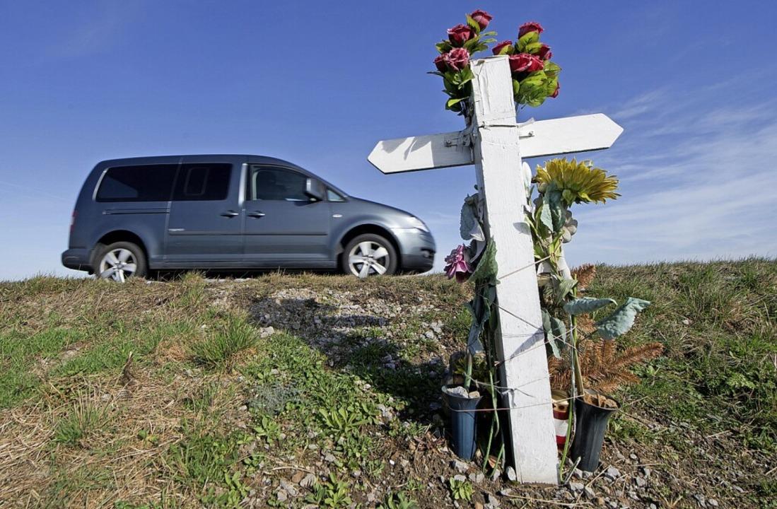 Am Wegesrand erinnert ein Kreuz an einen Verkehrstoten.  | Foto: Julian Stratenschulte (dpa)